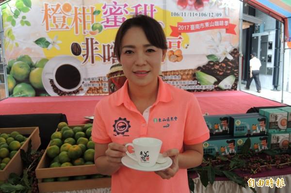 東山農會總幹事余淑琴推薦東山咖啡香醇,喝了有幸福感。(記者楊金城攝)