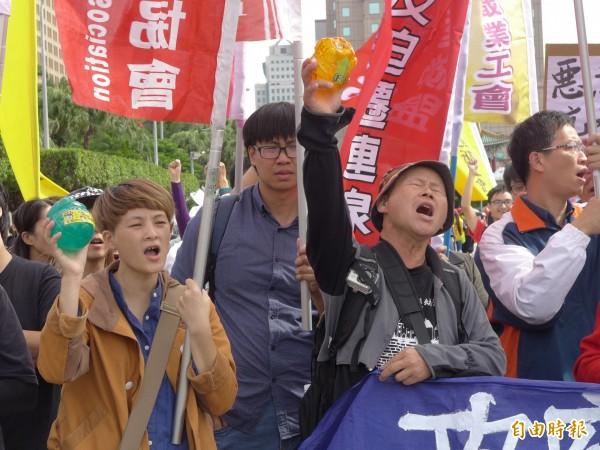 「2017秋鬥」對政府在勞工、教育、移工和土地議題上表達深切不滿。(記者李雅雯攝)