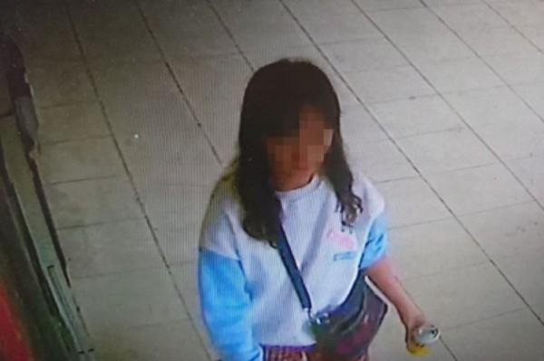 警方調閱監視器,鎖定48歲的黃姓婦人。(記者王宣晴翻攝)