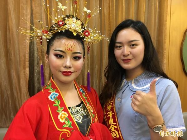 陳泯君(右)憑記憶,畫魏晉南北朝的美女。(記者顏宏駿攝)