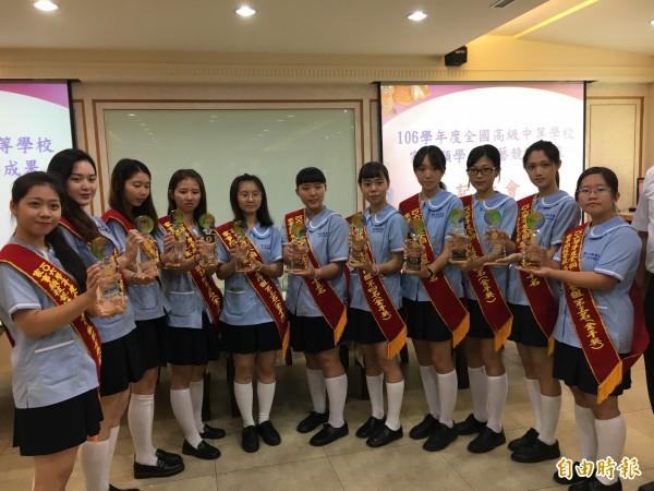 員林家商參加全國家事類科競賽,拿下8座金手奬。(記者顏宏駿攝)