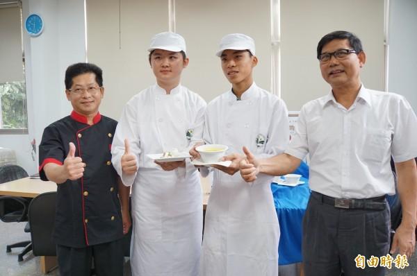 義峰高中高二學生沈躍穎、謝承翰參加桂冠盃廚藝大賽,贏得兩萬元獎金。(記者詹士弘攝)