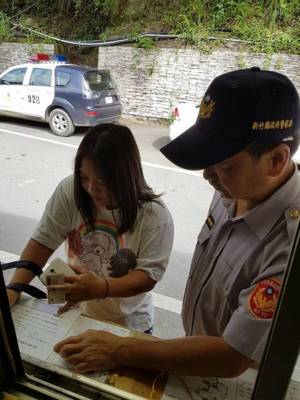 進入尖石山後山的遊客,過去在秀巒檢查哨須停車申辦入山證許可,今天開始不用了。 這也將成為歷史鏡頭。(記者廖雪茹翻攝)。