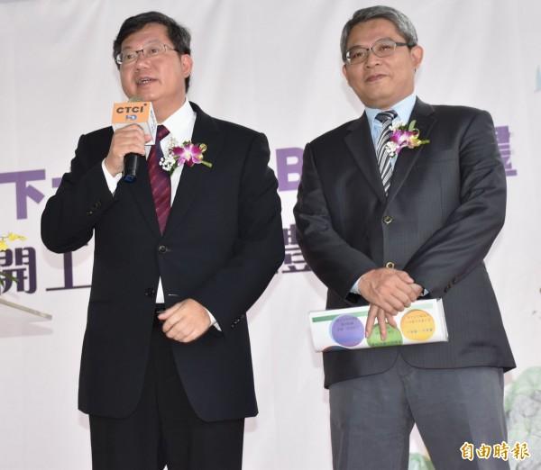 桃園市長鄭文燦(左)當面向內政部政務次長花敬群(右)爭取補助。(記者李容萍攝)