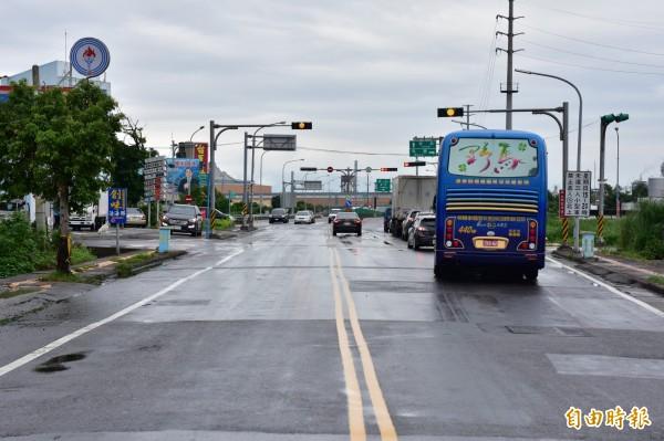 蘇澳鎮海山西路銜接國道五號蘇澳交流道,未來將拓寬成廿五米道路,緩解下蘇澳交流道後的車流狀況。(記者張議晨攝)