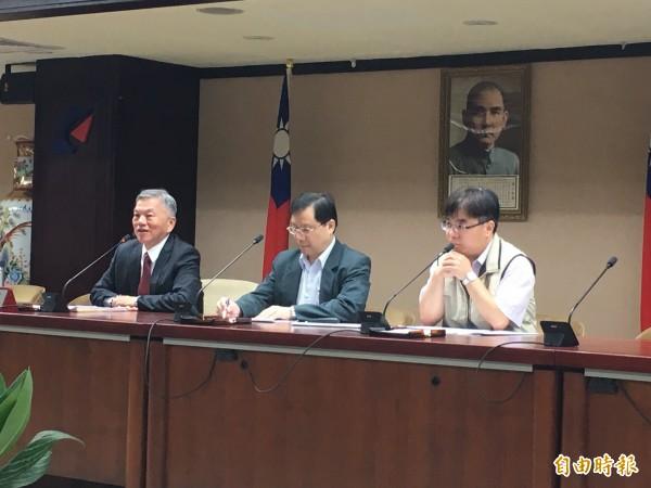左起經濟部長沈榮津、能源局長林全能、能源局組長陳崇憲。(記者黃佩君攝)