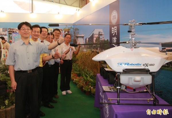 明道大學研發的雲端農業系統,結合無人機作業,達到智慧農業目的。(記者陳冠備攝)