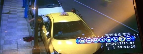 監視器拍下黃男犯案後從計程車內爬出。(記者曾健銘翻攝)