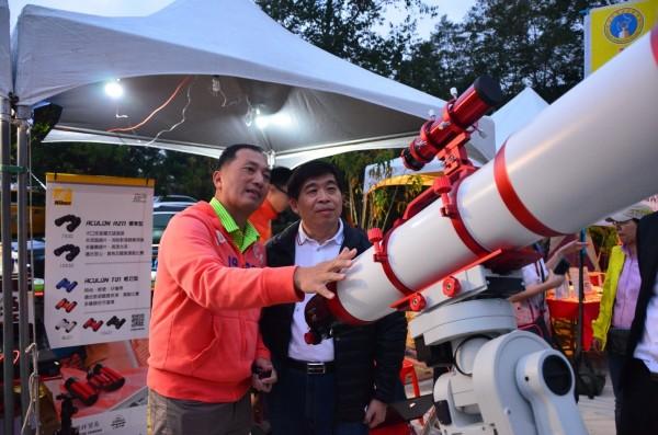 2017 Star Party星空饗宴,現場備有多部高倍數天文望遠鏡,讓遊客一窺浩瀚星空。(南投縣政府提供)