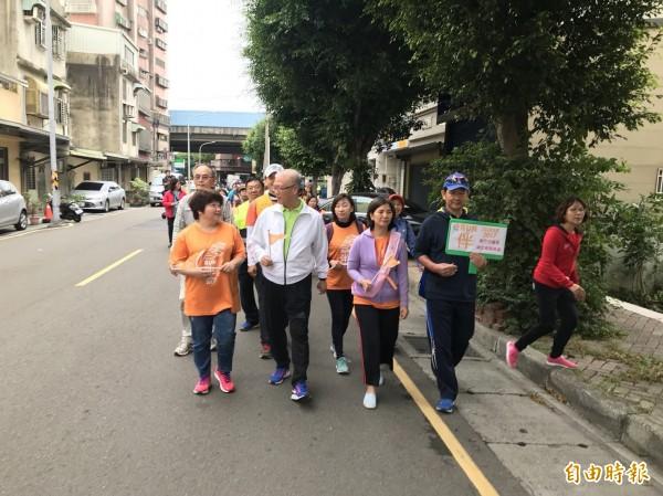 新竹市11個社區響應為失智症者而跑的活動,各社區有的當啦啦隊或補給站,有的也陪跑,就連新竹市議長謝文進也陪長髮走一段路,一起用愛圍繞整個城市,也讓更多人認識失智症。(記者洪美秀攝)
