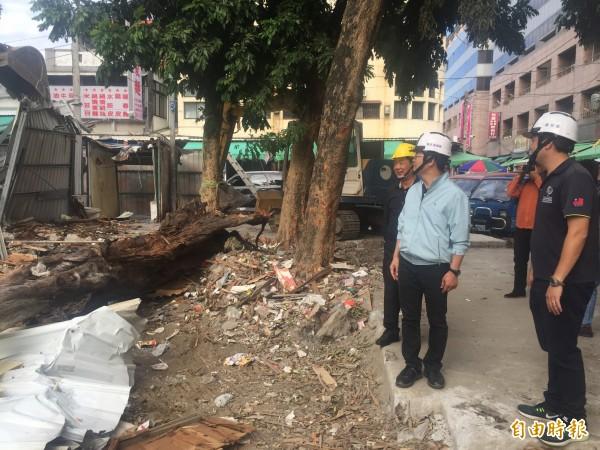 市長張國洲(左起)、縣長黃健庭視察違建拆除狀況。(記者張存薇攝)
