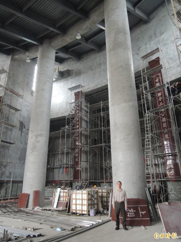 主殿龍柱有11公尺高。(記者江志雄攝)