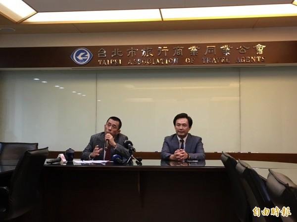 台北市旅行商業同業公會今天召開記者會,指觀光局要求中客團備雙駕駛規定視為難業者。(記者蕭玗欣攝)