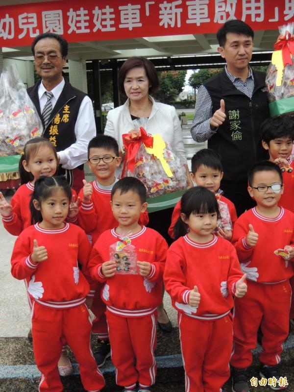 羅東鎮長林姿妙(後排中)與鎮立幼兒園小朋友合照。(記者江志雄攝)