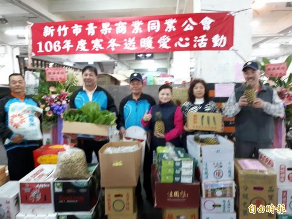 新竹市青果商業同業公會每年寒冬都會捐蔬果物資給社福團體,今年不例外。(記者洪美秀攝)