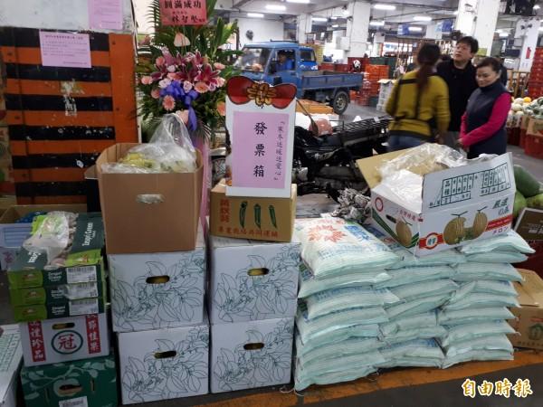 新竹市青果商業同業公會已持續18年捐蔬果物資給社福團體,幫助社福團體過寒冬。(記者洪美秀攝)