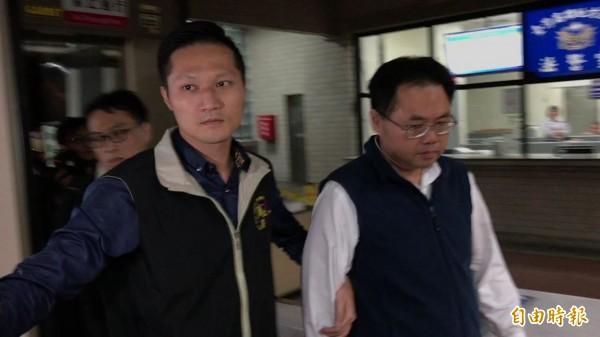 慶富案外案追查王端仁的25萬不明金流,他聲明是父親儲蓄保險金,並非不法所得,今晨獲無保請回。(記者黃良傑攝)