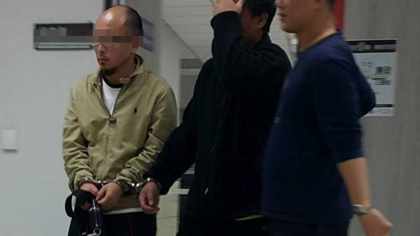 42歲男子黃慶騰(左)遭警方移送。(記者陳恩惠翻攝)