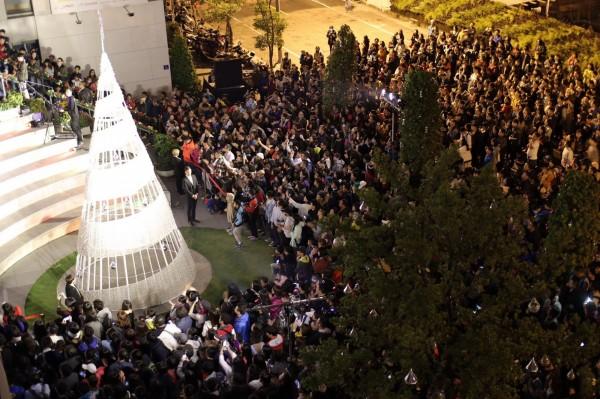 旌旗教會「好聖誕」活動,今晚舉行盛大的點燈儀式,現場萬頭攢動。(旌旗教會提供)