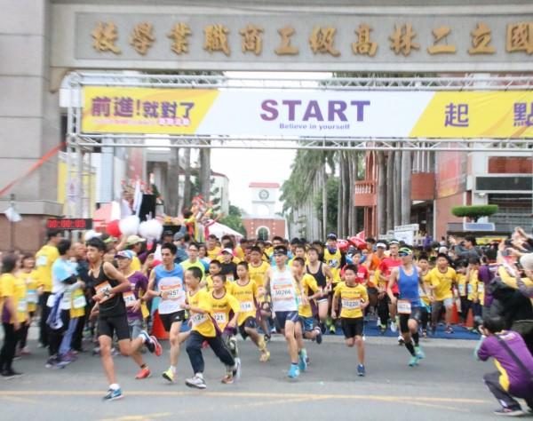 彰化馬拉送月壓軸場,二林「前進就對了」公益路跑活動,吸引3千人士開跑。(主辦單位提供)