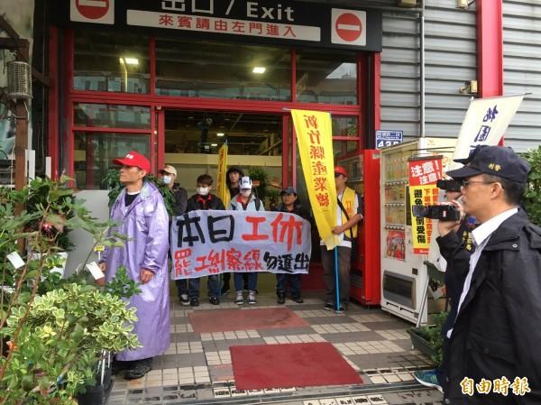 好博家普萊利工會不滿資遣,展開罷工行動,連續兩天前往新竹市經國店展開罷工行動,也把經國店的大門都拉起罷工糾察線。(記者洪美秀攝)