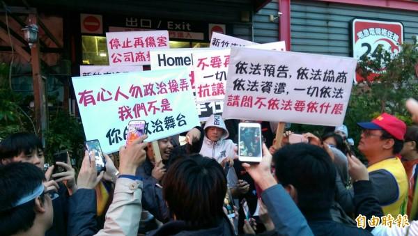好博家普萊利工會展開罷工行動,但反對罷工的新竹市經國店員工不滿罷工者佔據店門口,也展開反制行動,抗議非法綁架合法,剝奪他們的工作權也影響生意。(記者洪美秀攝)