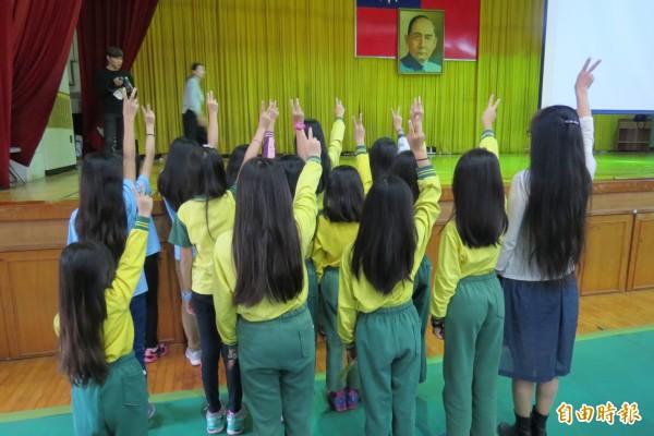 大鵬國小校長呂孝修與十餘名學生一起剪捐長髮助癌友。(記者蘇孟娟攝)