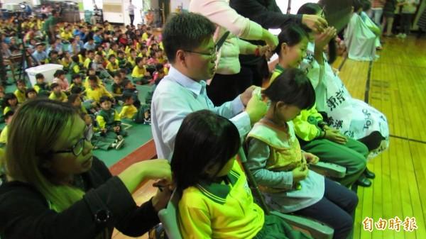 學童捐萬縷青絲,請來家長幫女兒剪髮,見證女兒的愛心。(記者蘇孟娟攝)