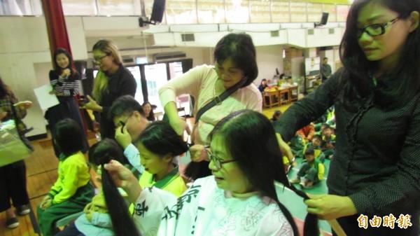 校長揪十餘學童捐萬縷青絲,盼助掉髮癌友變美麗。(記者蘇孟娟攝)
