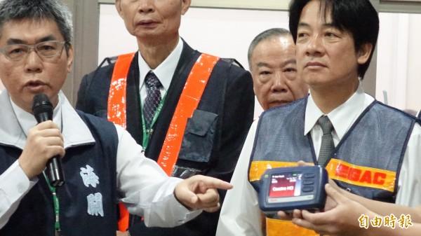 海關人員向賴清德展示拉曼毒品檢測儀。(記者姚介修攝)