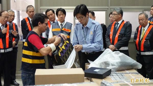海關人員向行政院長賴清德展示一般進口貨物的查緝經過。(記者姚介修攝)