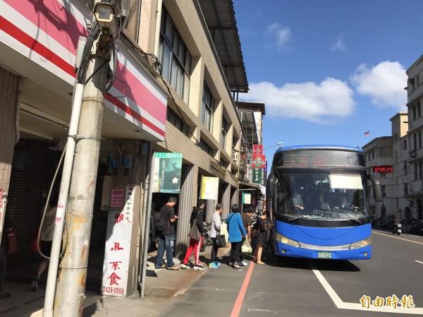基隆國光客運站體預計農曆年前拆除,部分客運候車位置調整至港西街。(記者林欣漢攝)