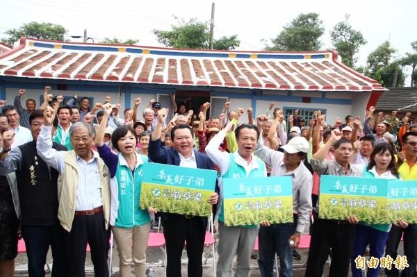 翁章梁(右五)發表競選廣告。(記者林宜樟攝)