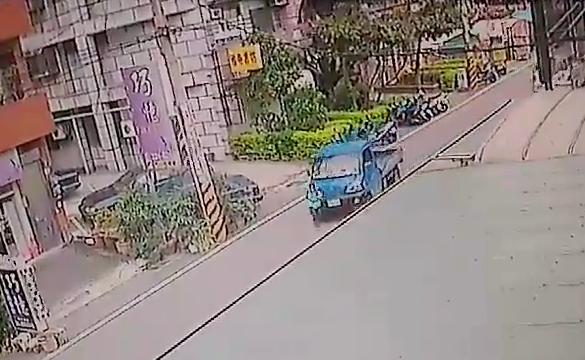 男童心急奔跑,過馬路時被小貨車輾斃。(記者陳昀翻攝)