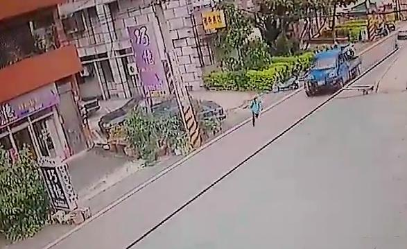 男童因為安親班老師漏接而落單,心慌之下獨自跑步前往安親班,過馬路時被小貨車輾斃。(記者陳昀翻攝)