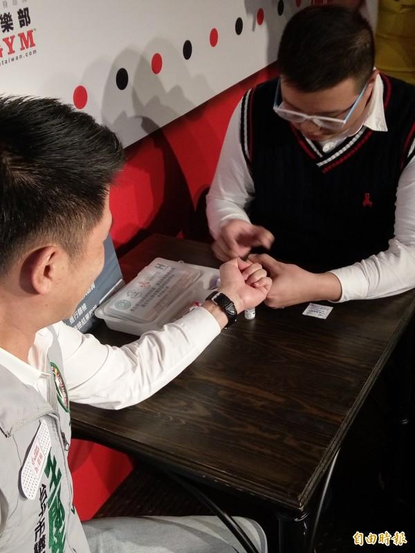 愛滋病學會呼籲,性行為全程使用保險套才能有效預防性病,定期篩檢才能守護自己與伴侶的健康。(記者吳亮儀攝)