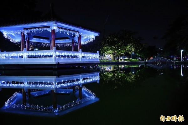 擁有百年歷史的屏東公園裝上燈飾,呈現有別以往的耶誕氛圍。(記者邱芷柔攝)