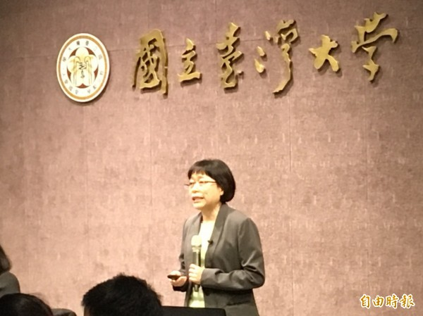 中研院副院長周美吟是台大校長候選人唯一的女性,今晚進行治校理念說明會。(記者林曉雲攝)