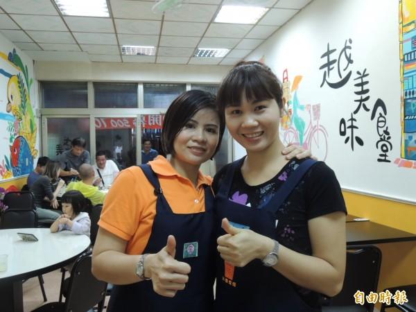越美味食堂主持人謝金鳳(右)與黃雪幸。(記者王榮祥攝)