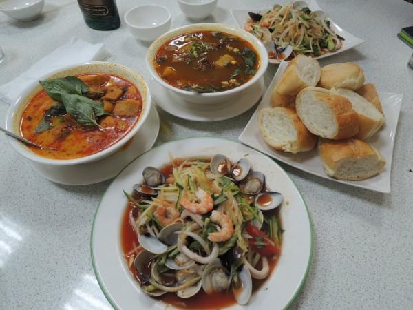 越南什錦炒花枝(下方),右為可搭配醬料食用的小麵包。(記者王榮祥攝)