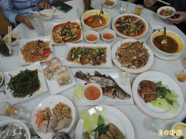 整桌越南菜看起來跟台菜感覺相似,但口味很不一樣。(記者王榮祥攝)