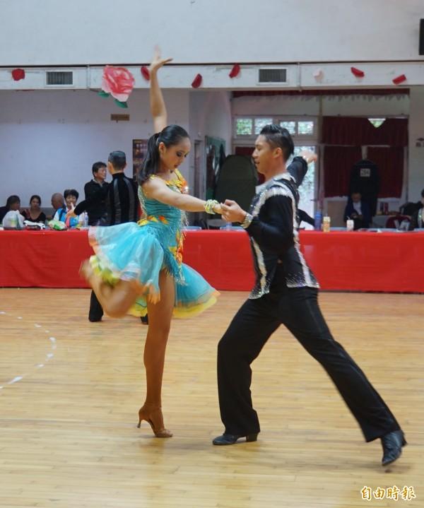 運動舞蹈舞者渾身散發出熱情。(記者詹士弘攝)