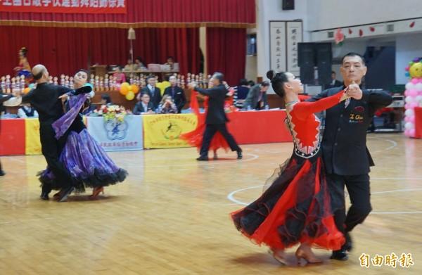運動舞蹈也有優雅的一面。(記者詹士弘攝)