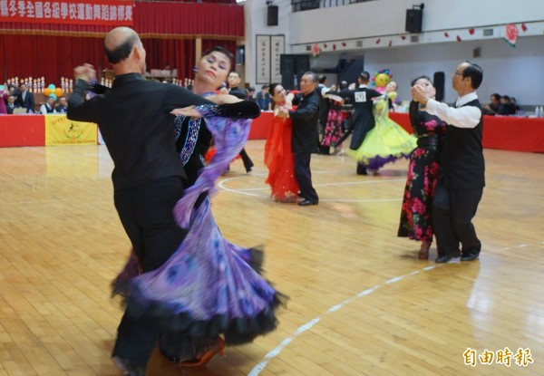 運動舞蹈適合所有年齡的人參與。(記者詹士弘攝)