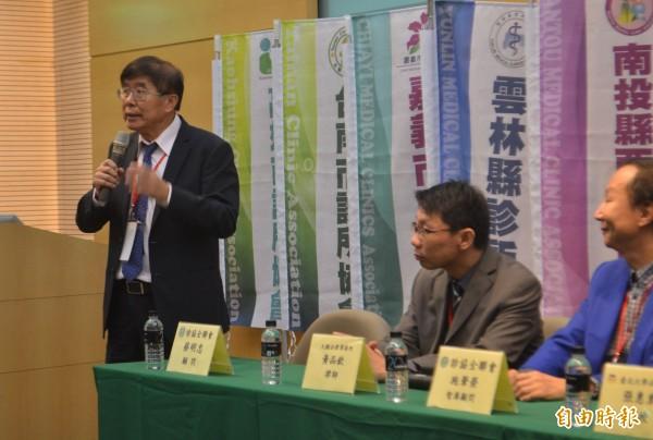 中華民國診所協會全國聯合會今天召開「健保22年基層的困境與未來」研討會,健保署長李伯璋(左一)表示,將會針對《健保法》43條修法,朝落實分級制度努力。(記者陳建志攝)