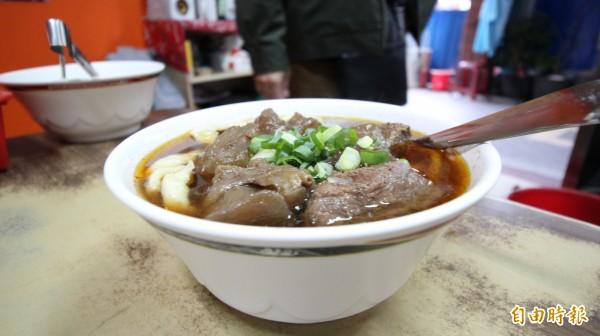 老熊牛肉麵的特色即是紅燒湯頭,是使用辣豆瓣及大骨燉製一整天,既使湯頭辣度夠勁,但清爽不油膩。(記者鍾泓良攝)