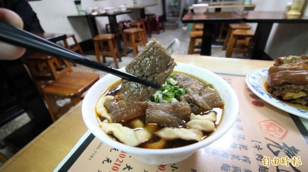 店內的牛肉則是當天準備好丟入湯頭熬煮,讓顧客吃的是新鮮的牛肉配陳年的湯頭。(記者鍾泓良攝)