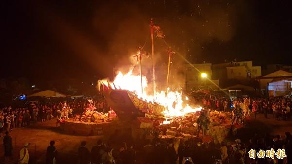 柳營代天院王船醮今凌晨燒王船,大批信眾參與送王,在熊熊大火中恭送王船啟航。(記者王涵平攝)