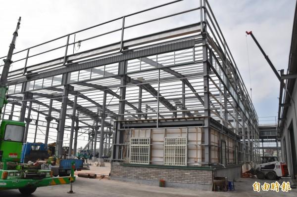 高市路竹區復興路922號農地違規工廠,位於一家螺絲工廠內,違建面積上千坪。(記者蘇福男攝)