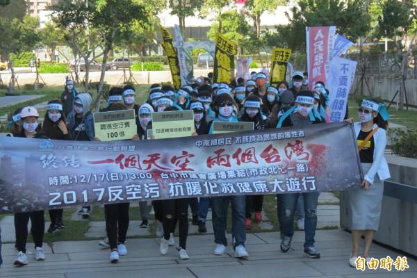 台灣健康空氣行動聯盟發起「霧霾圍城、公民圍府」行動,今日起連續5天均有各界人士前往台中市政府表達心聲。(記者蘇孟娟攝)